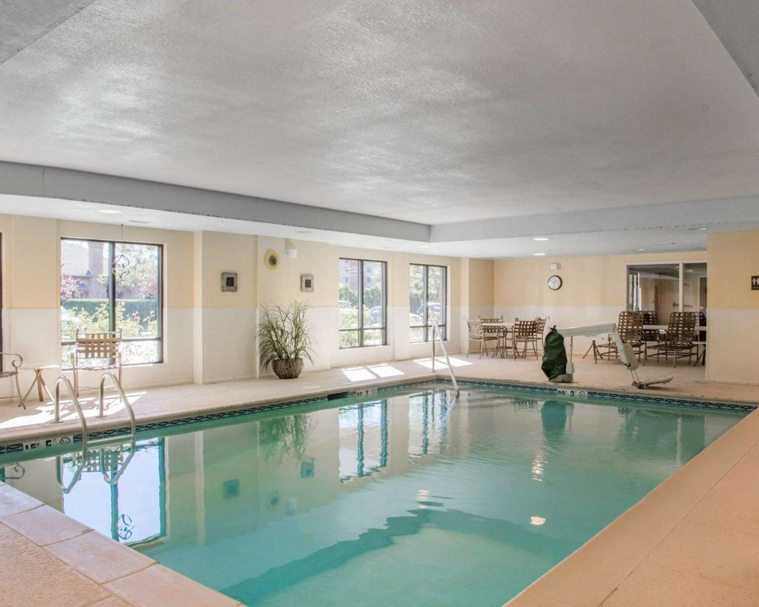 Pool - Comfort Inn & Suites West Chester