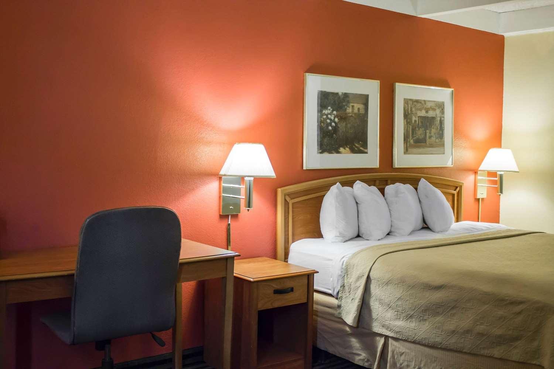 Room - Econo Lodge Wickliffe