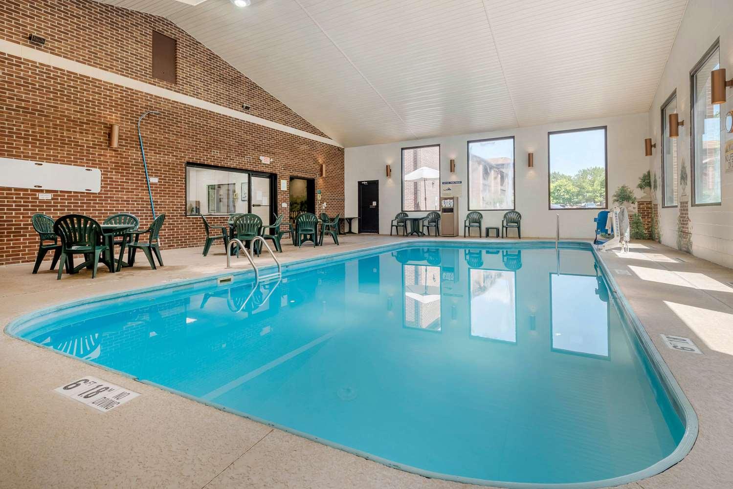 Pool - Quality Inn & Suites Zanesville