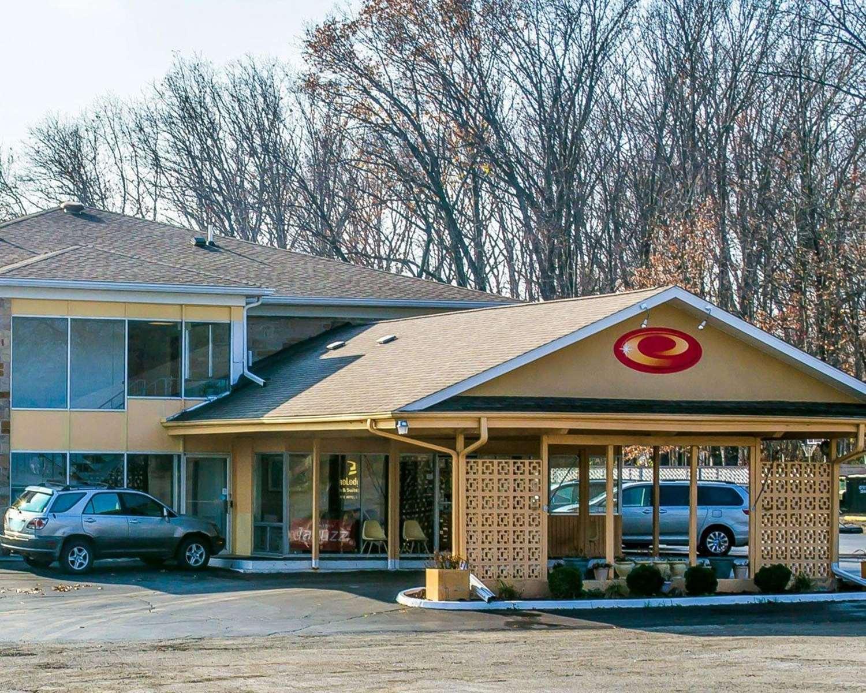 Exterior view - Econo Lodge Inn & Suites Warren