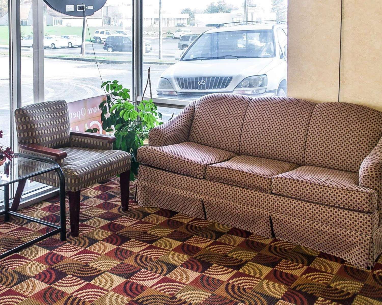 Lobby - Econo Lodge Inn & Suites Warren