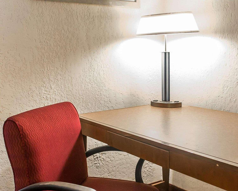 Room - Econo Lodge Inn & Suites Warren