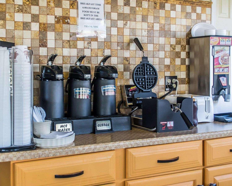Restaurant - Econo Lodge Inn & Suites Warren