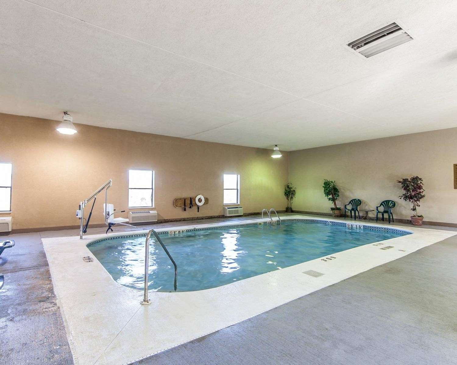 Pool - Quality Inn & Suites Portsmouth