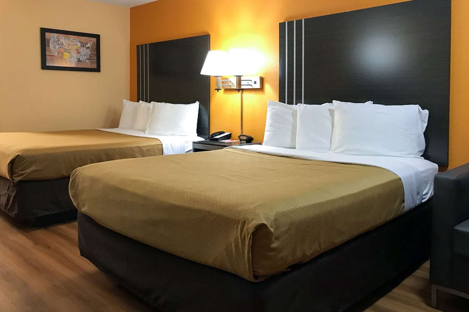 Room - Econo Lodge Purcell